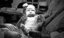 Bức ảnh em bé với thần thái đi 'giải cứu thế giới' nhận bão like