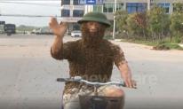 Người đàn ông để 50.000 con ong bám lên người rồi đạp xe dạo phố khiến nhiều người kinh hãi
