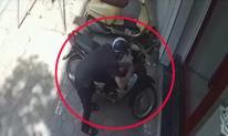 Tên trộm táo tợn bẻ khóa cuỗm xe máy trên phố Hà Nội giữa ban ngày