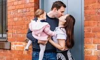 Chồng Tây vừa bế con vừa hôn Lan Phương ngọt ngào trong chuyến du lịch Úc