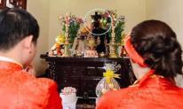Anh thợ chụp ảnh cưới có tâm nhất quả đất, núp cả sau bàn thờ để 'tác nghiệp' khiến dân mạng cười té ghế