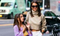 Katie Holmes sành điệu xuống phố cùng con gái Suri hậu chia tay người tình 6 năm