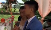 Chú rể bật khóc, nghẹn ngào hát tặng người mẹ đang mang trọng bệnh không thể có mặt trong đám cưới mình