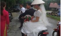 Cô dâu đi dép tổ ong gây 'sốt' cộng đồng mạng