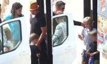 Vợ chồng Brad Pitt bận rộn vẫn đưa con đi chơi bowling