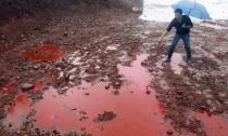 Cả vùng đất quanh núi chuyển màu đỏ máu sau trận mưa to
