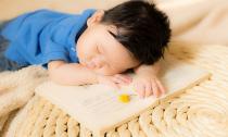 Ngắm vẻ đáng yêu của thiên thần nhí ngủ quên trên trang sách