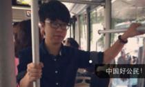 Chàng trai đứng yên để cụ ông tựa đầu ngủ suốt chặng xe buýt