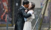 Lưu Diệc Phi bị 'tình cũ' cưỡng hôn dưới mưa