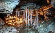 Những viên 'kim cương' khổng lồ trong hang động ở Nga