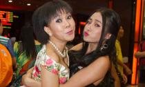 Bạn gái Lương Bằng Quang 'bế bổng' Việt Hương trên thảm đỏ