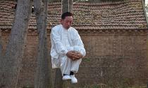 Treo cổ lên cây để... luyện kungfu