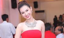 MC Quỳnh Chi buông lơi vai trần gợi cảm