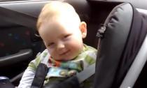 Em bé cố chống lại cơn buồn ngủ cực đáng yêu