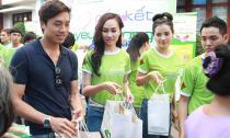 Á hậu Kim Duyên giản dị đi từ thiện