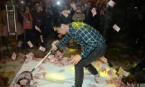 Trung Quốc: Nhân viên tự vào lồng vợt tiền thưởng Tết