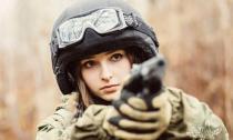 9x Nga đẹp mê hoặc trong trang phục lính