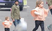 Harper ngậm kẹo mút, tung tăng dạo phố cùng bố Becks