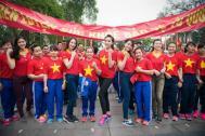 Hoa hậu Kỳ Duyên mặc áo đỏ sao vàng tham dự 'Ngày chạy'