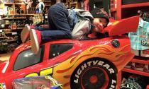 Jacky Minh Trí tạo dáng siêu ngộ nghĩnh bên ô tô đồ chơi