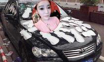 Nghi bạn trai phản bội, hotgirl dán đầy băng vệ sinh lên xe