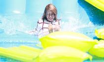 MiA mặc đồ len… nghịch nước trên đường trượt Clear