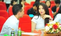 Kim Lý nhìn Trương Ngọc Ánh không rời giữa sự kiện