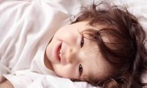 Cadie cười toe toét khoe răng sữa cực yêu