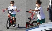 Flynn khỏe khoắn tự đạp xe bên cạnh bố