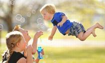 Khi em bé biết bay