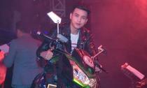 Hồ Quang Hiếu mang motor 500 triệu lên sân khấu
