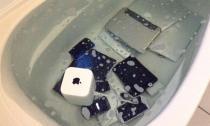 Trả thù bạn trai lừa dối, cô gái ném tất cả bộ sưu tập Apple của người yêu vào bồn tắm