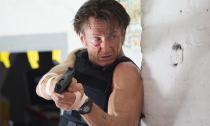 Nam tài tử Sean Penn tái xuất với siêu phẩm 'Xạ thủ'