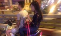 Cô gái thản nhiên hút shisha khi đi xe máy trên đường