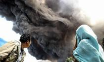 Khoảnh khắc núi lửa phun tro bụi ở Indonesia