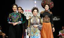 NSƯT Kim Xuân được cổ vũ nồng nhiệt khi trình diễn thời trang