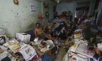 Rùng mình với 'ngôi nhà rác' của cụ ông 10 năm không tắm