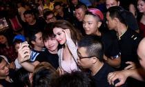 Hồ Ngọc Hà xuất hiện rạng rỡ bị fans vây chật kín ở quán bia