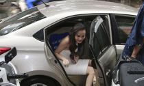 Dương Yến Ngọc đi xe sang dự sự kiện dù trời mưa to
