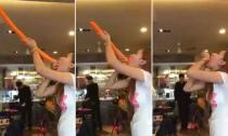 Người phụ nữ có khả năng nuốt chửng quả bóng dài 1,2 m