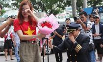 Màn cầu hôn của ông trùm Hoa hậu Mã Siêu gây sốt tại sân bay Tân Sơn Nhất