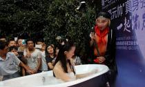 'Trư Bát Giới' ghẹo 'Hằng Nga' đang tắm giữa trung tâm thương mại