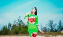 Hoa hậu Phạm Hương khoe dáng đẹp giữa nắng trưa