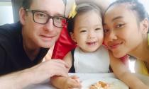 Con gái Đoan Trang biểu cảm đáng yêu khi đi ăn cùng bố mẹ