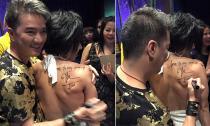 Đàm Vĩnh Hưng ôm thân mật và kí tặng lên lưng trần một fan nữ