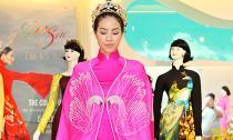 Phạm Hương  đội vương miện đi thử áo dài