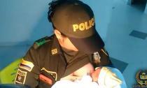 Xúc động với hình ảnh nữ cảnh sát cho em bé bị bỏ rơi bú