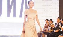 Dương Yến Ngọc làm vedette tại Tuần lễ thời trang Lào