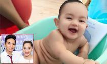 Con trai Khánh Thi, Phan Hiển cười toe toét khi được tắm mát