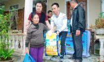 Bầu Hoà cùng mạnh thường quân san sẻ khó khăn với bà con nghèo miền Trung